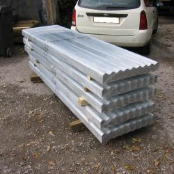 8FT GALVANISED CORRUGATED ROOFING SHEET .